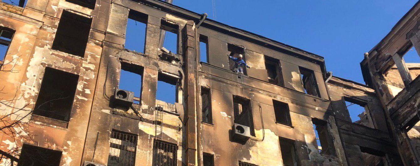 Пожар в колледже: в Одессе умер спасатель, на которого упала студентка