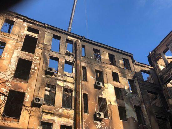 Пожежа у коледжі: в Одесі помер рятувальник, на якого впала студентка