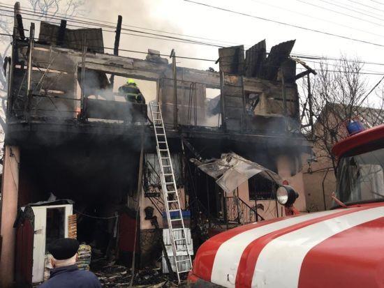 На Закарпатті вщент вигорів магазин будматеріалів