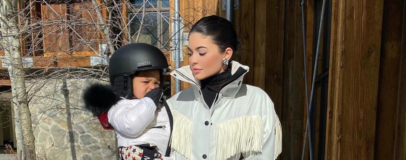 """""""Это возможно?"""": Кайли Дженнер поразила видео, как полуторагодовалая дочь катается на сноуборде"""
