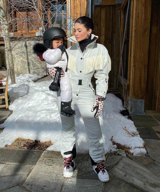 """""""Це можливо?"""": Кайлі Дженнер приголомшила відео, як її півторарічна донька катається на сноуборді"""