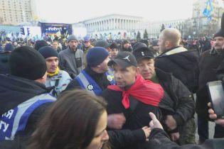 Во время выступления на Майдане в Порошенко кинули яйцами