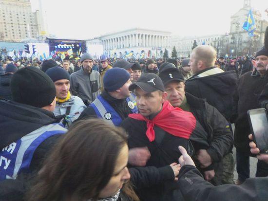 Під час виступу на Майдані у Порошенка жбурнули яйцями