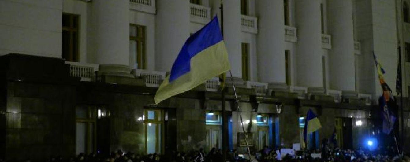 Тисячі людей зійшлися до Офісу Зеленського з прапорами і наметами