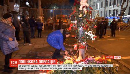 День траура в Украине: к сгоревшему колледжу горожане несут цветы и лампадки
