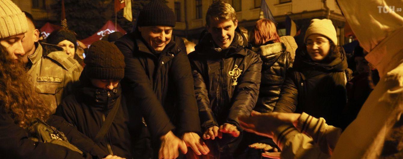 """""""Мы плечо для Зеленского"""": участники ночного пикета на Банковой отвергли возможность штурма Офиса президента"""