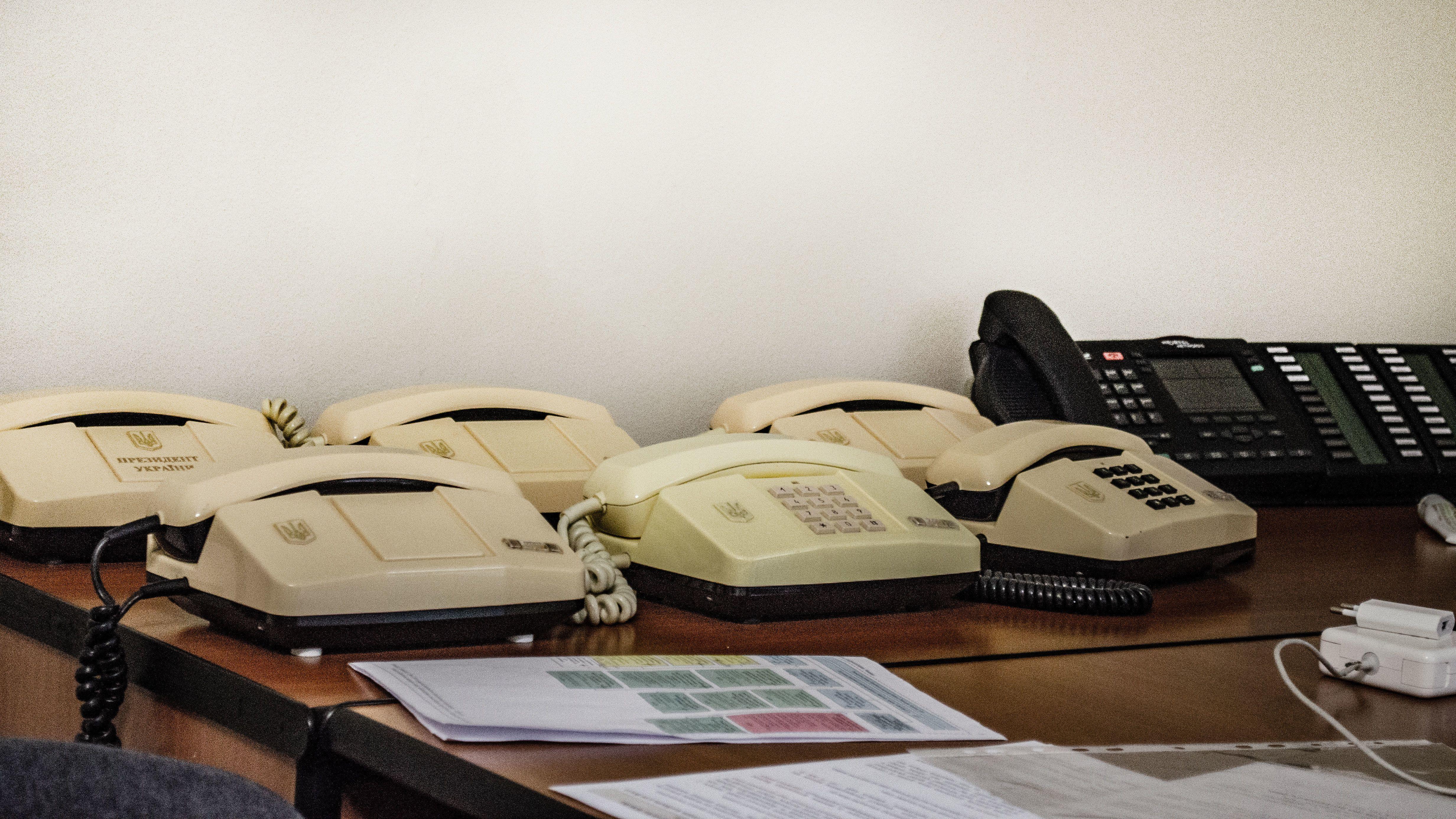 телефони в кабінеті Дубілета