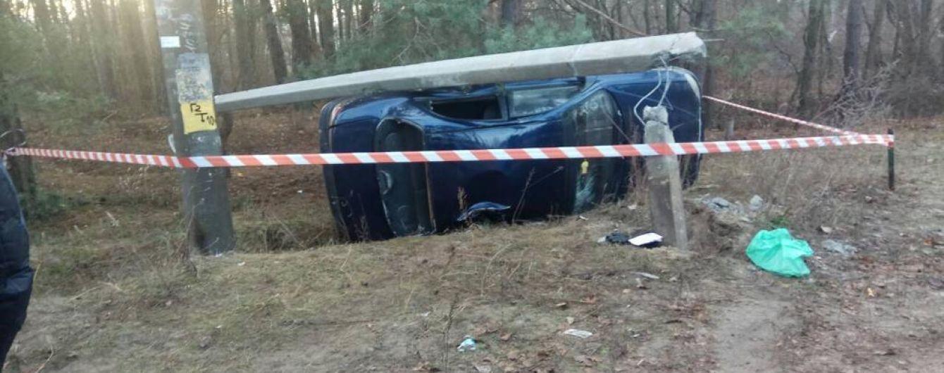 На Киевщине автомобиль сбил детей, которые переходили дорогу, и протаранил бетонный столб
