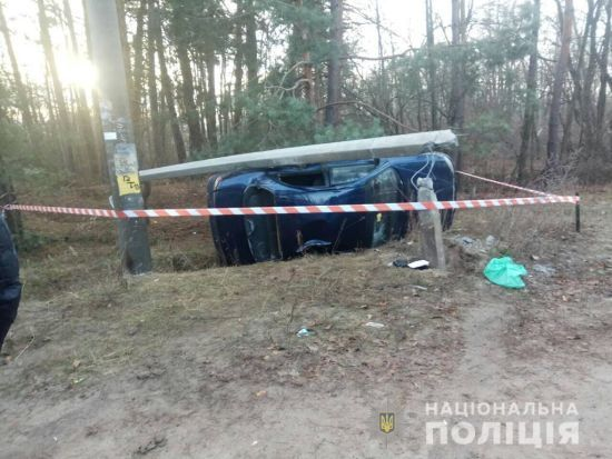 На Київщині авто збило дітей, які переходили дорогу, і протаранило бетонний стовп