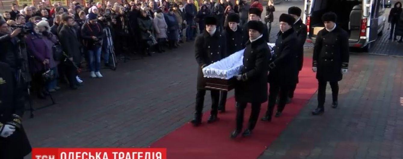 В Одессе прощаются с погибшим во время пожара спасателем
