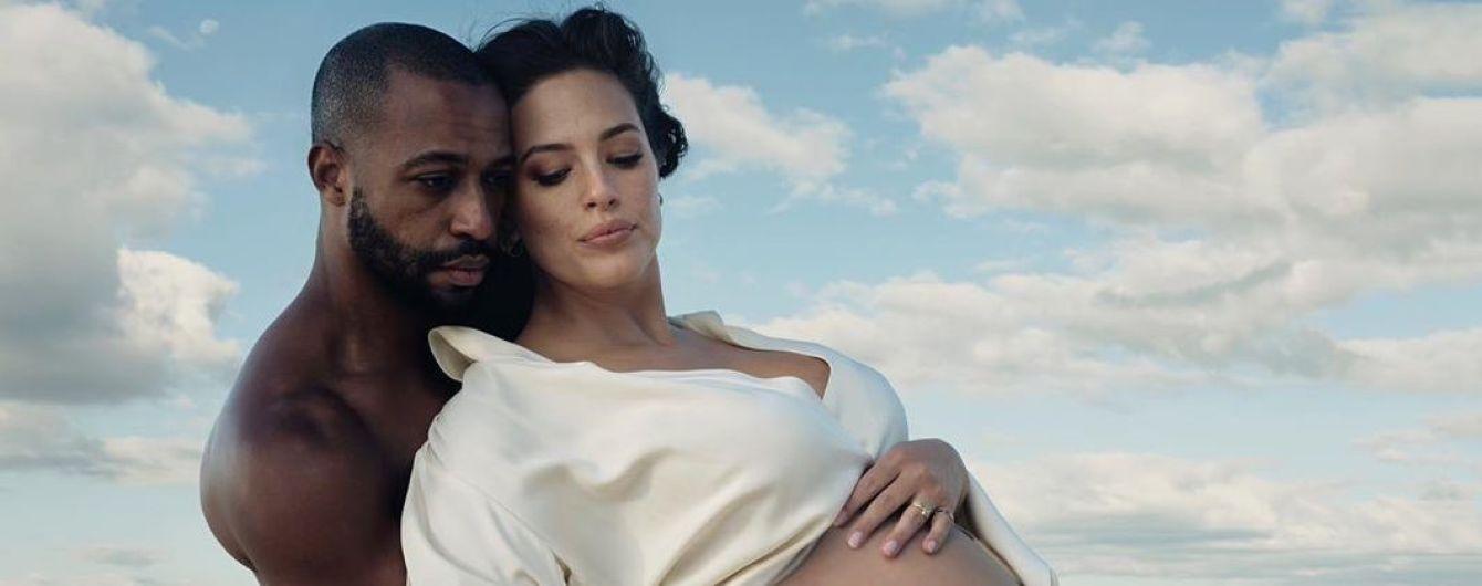 Обнаженная и в объятиях мужа: беременная Эшли Грэм поделилась кадрами из новой фотосессии и рассекретила пол ребенка