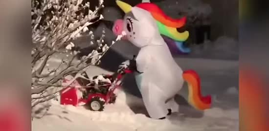 Мережу смішить відео із жінкою в костюмі єдинорога, яка прибирає сніг