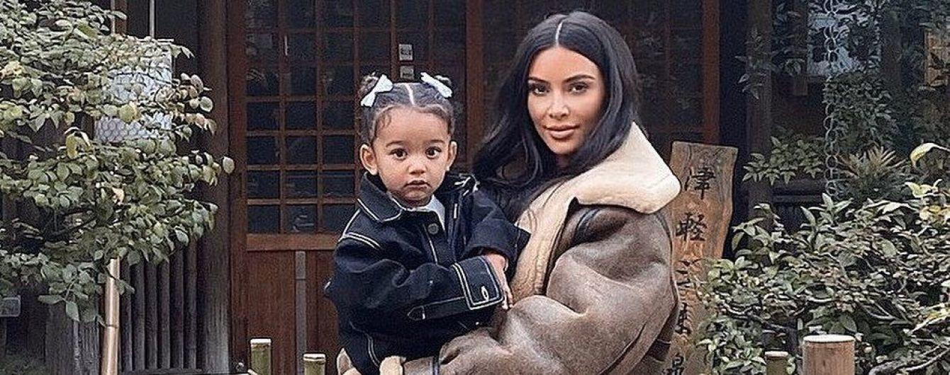 В повседневном луке и с дочерью на руках: Ким Кардашьян в Токио