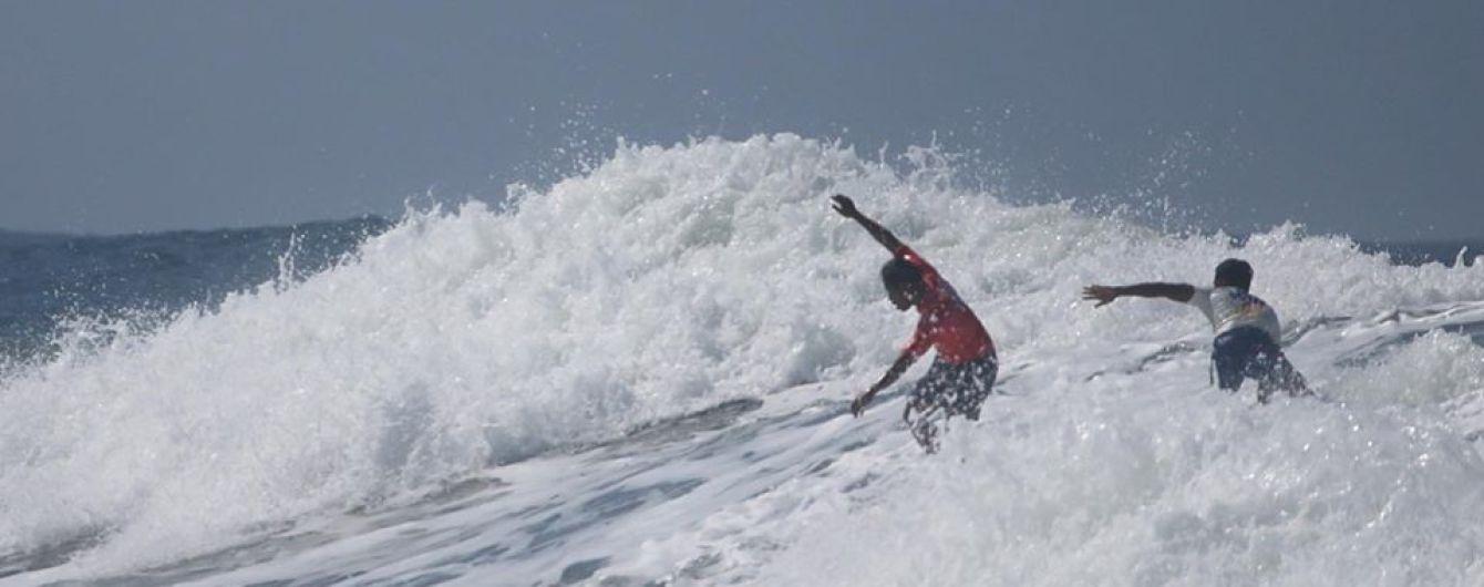 Филиппинский серфер пренебрег победой и спас накрытого волной соперника