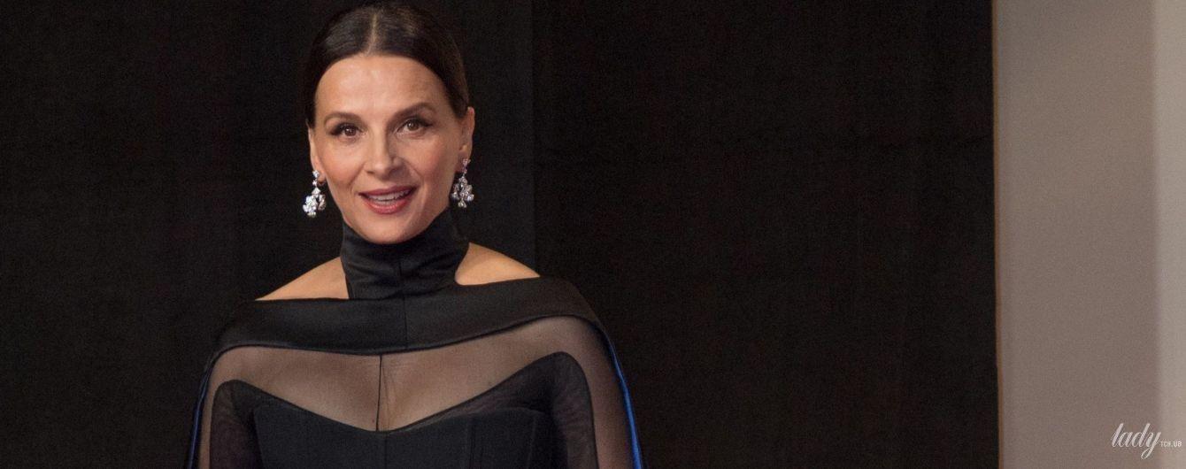 В черном плаще с синей подкладкой: готичный образ актрисы Жюльет Бинош