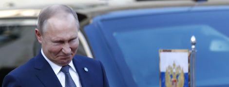 """На переговоры лидеров """"нормандской четверки"""" Путин пришел с вооруженным охранником"""
