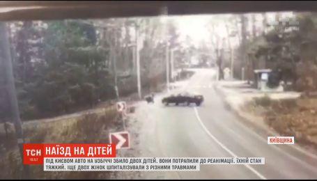 Легковушка сбила на обочине двоих детей, которые ждали школьный автобус