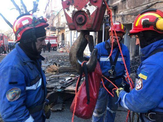 На місці пожежі в Одесі досі шукають загиблих