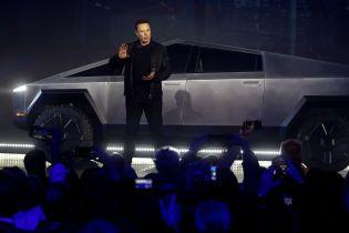 Илон Маск прокатил в электропикапе Cybertruck певицу Граймс и сбил ограждение