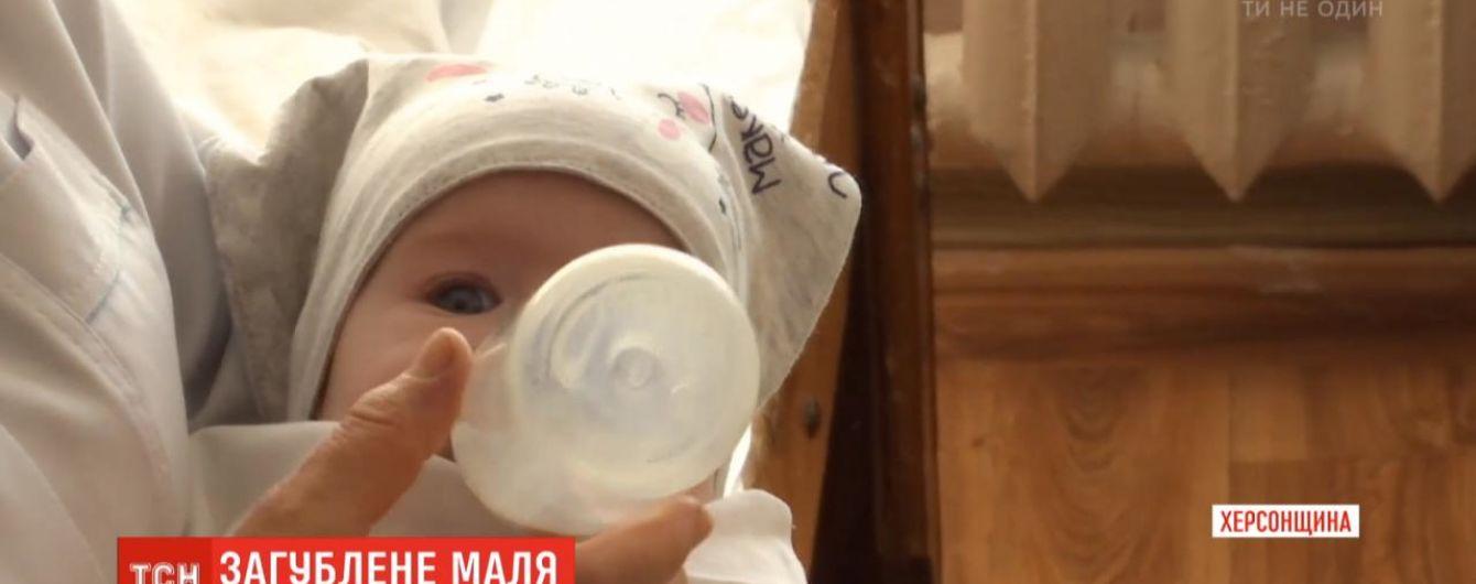 На Херсонщине посреди улицы нашли коляску с младенцем: ребенка потеряли пьяные родители