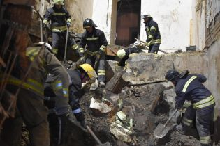 Одеські рятувальники задля повалення стіни згорілого коледжу відселять і перекриють весь квартал