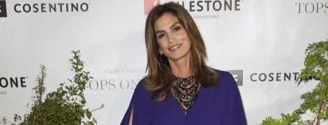 Какая красотка: Синди Кроуфорд в синем коктейльном платье блистала на вечеринке