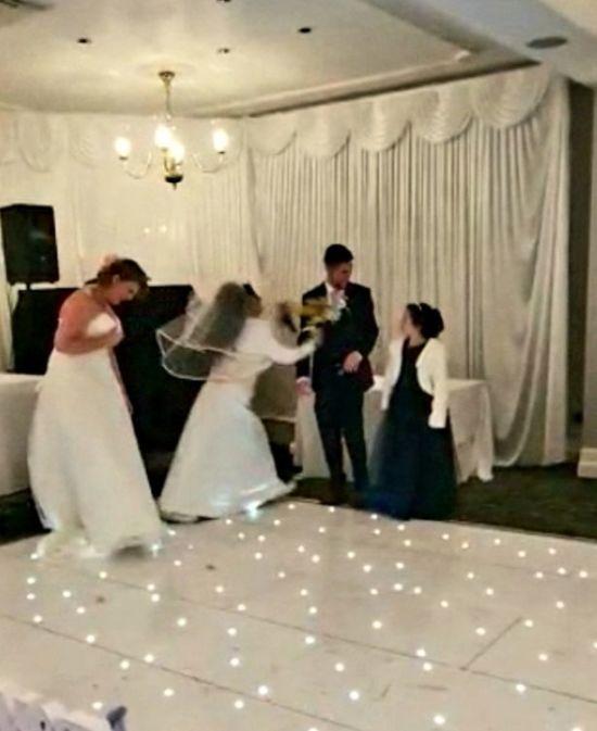 У Великій Британії незнайомка у весільній сукні відшмагала букетом чужого нареченого