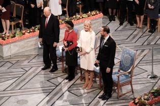 Королева Соня і кронпринцеса Метте-Маріт з чоловіками на церемонії вручення Нобелівської премії в Осло