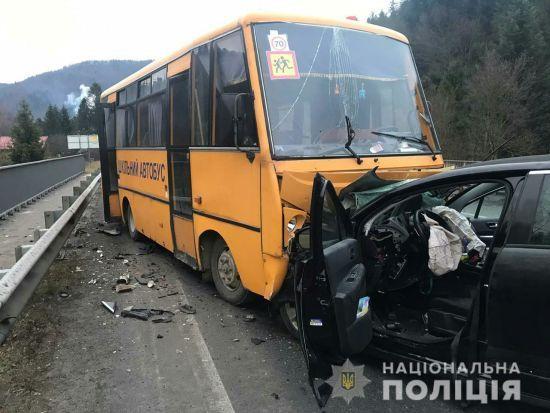 На Львівщині шкільний автобус зіткнувся з іномаркою: п'ятеро людей постраждали, серед них діти