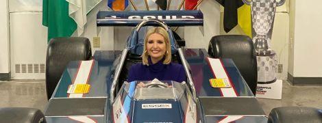 """У водолазці і прямих штанях: стильна Іванка Трамп сфотографувалася у боліді """"Формули-1"""""""