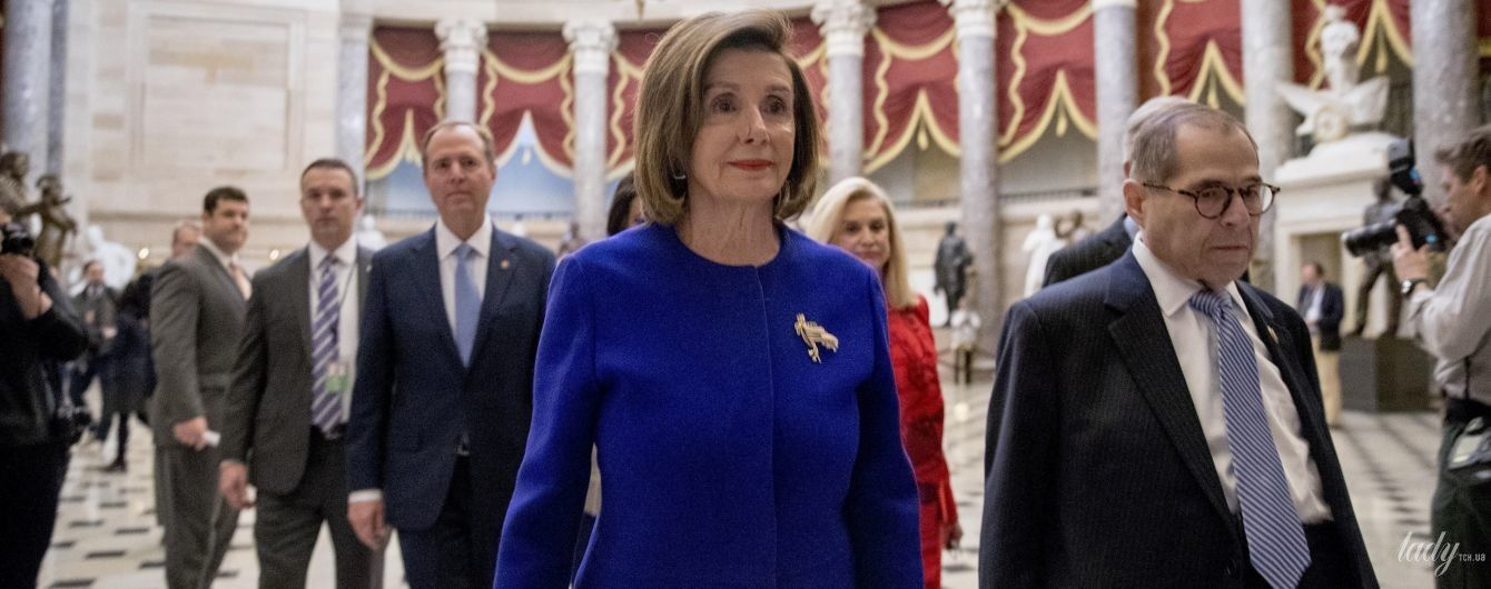 В синем жакете и с красной помадой: новый аутфит 79-летнего спикера Палаты представителей США