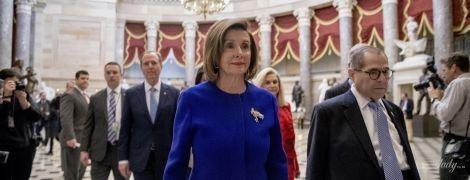 У синьому жакеті і з червоною помадою: новий аутфіт 79-річної спікерки Палати представників США