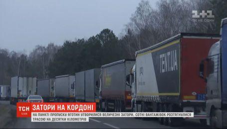 На выезде из Украины в Польшу простаивает более восьми сотен грузовиков