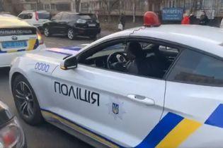 Фейковый патруль: в Киеве парни разрисовали Mustang под полицейское авто и останавливали нарушителей