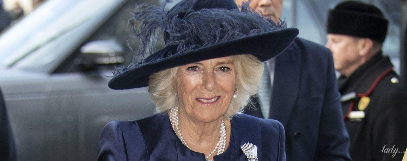 В эффектном синем пальто и шляпе: герцогиня Корнуольская посетила службу