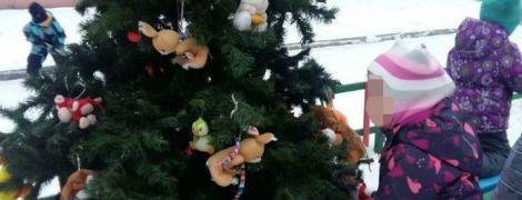 Сорвали Новый год: в России неизвестный мужчина украл елку из детского сада