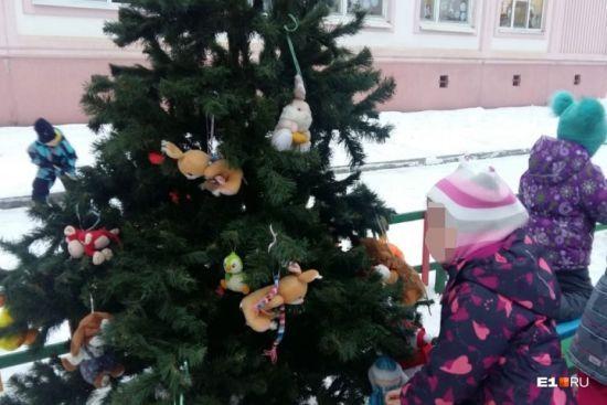 Зірвали Новий рік: в Росії невідомий чоловік вкрав ялинку з дитячого садка