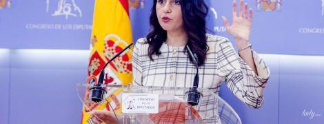 В клетчатом костюме и с помадой цвета фуксии: 38-летний каталонский политик на пресс-конференции