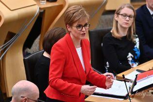 В красном жакете и на шпильках: первый министр Шотландии Никола Стерджен на заседании в парламенте