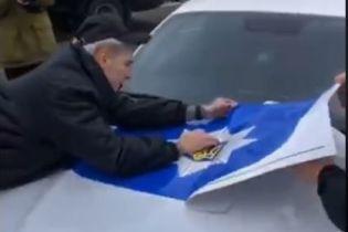 """""""Це буде жесть"""": молодики з """"фейкового патруля"""" показали, як клеїли поліцейську символіку на Mustang"""
