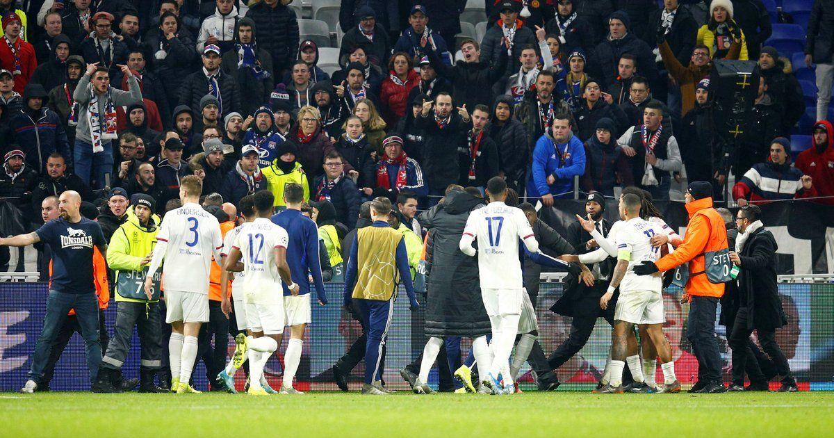 """Футболисты """"Лиона"""" устроили потасовку со своими фанатами из-за оскорбительного баннера"""
