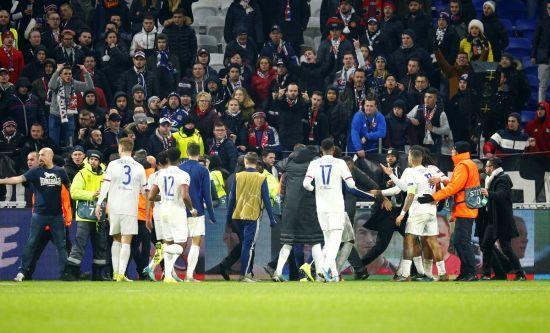 """Футболісти """"Ліона"""" влаштували колотнечу зі своїми фанатами через образливий банер"""