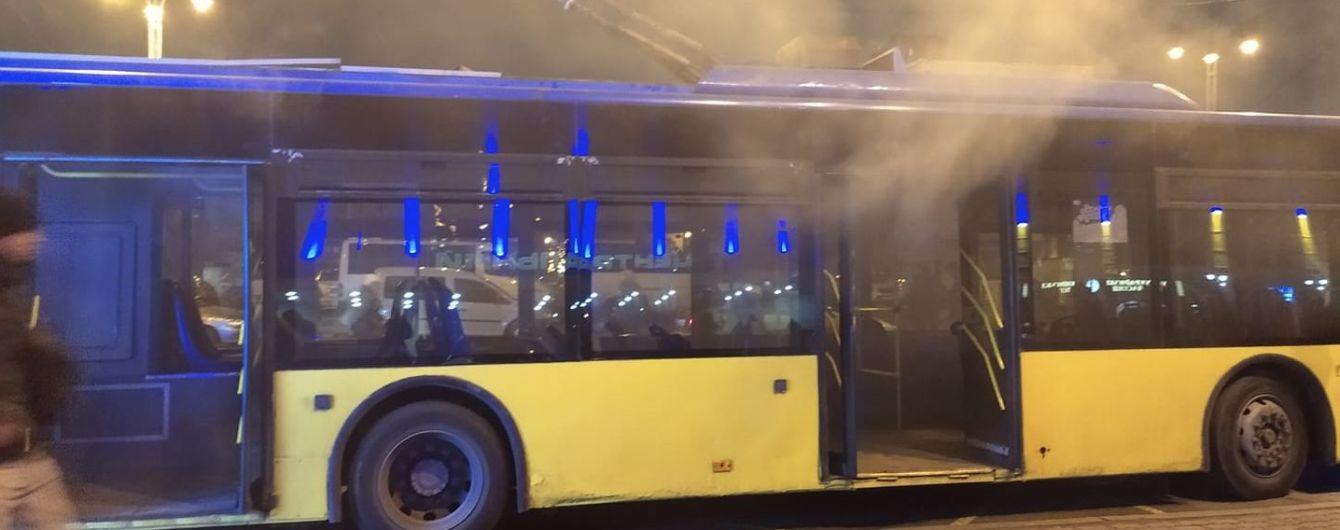 На привокзальной площади Киева загорелся троллейбус