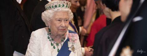 В белом платье и вся в изумрудах: королева Елизавета II на торжественном приеме во дворце