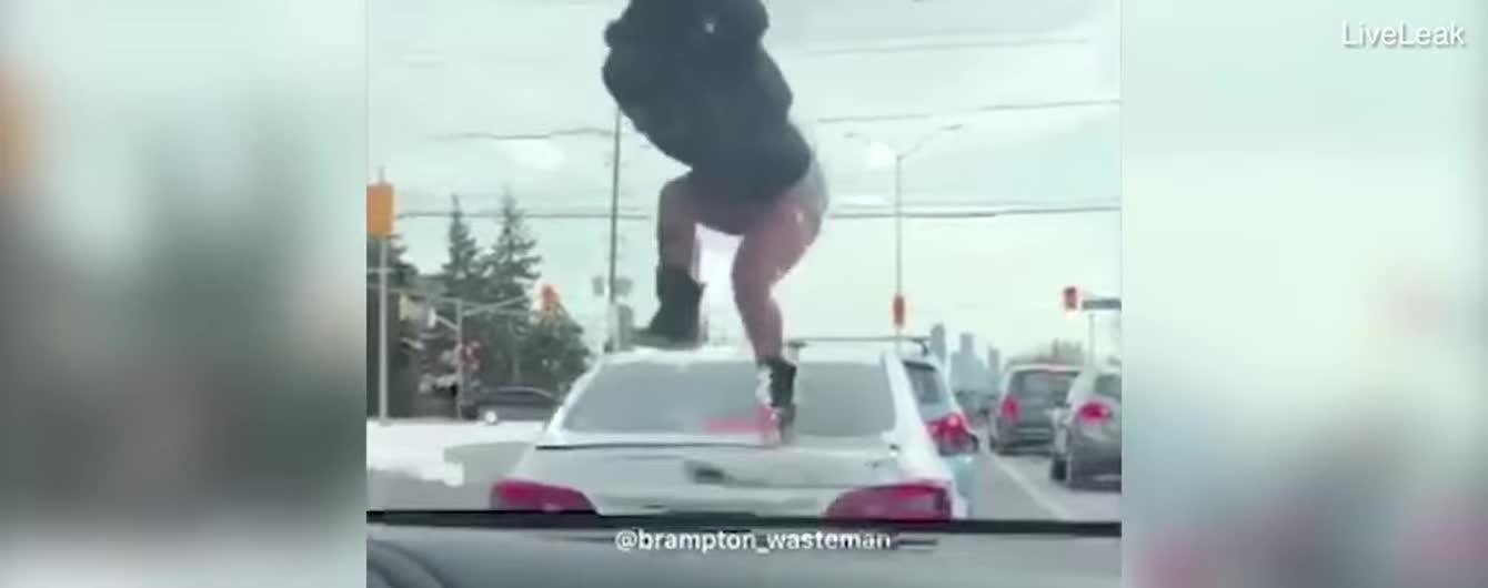 В США сняли попытку полураздетой женщины разбить багажник машины неверного возлюбленного