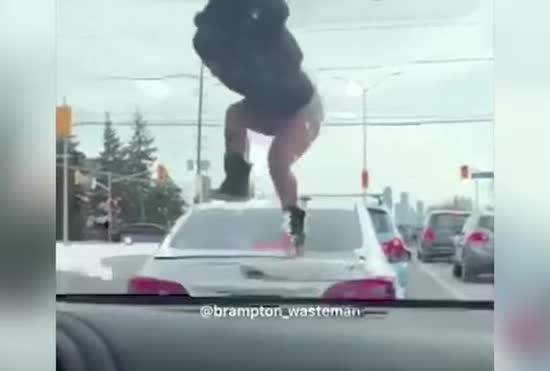 В США зняли спробу напівроздягненої жінки розбити багажник машини невірного коханого