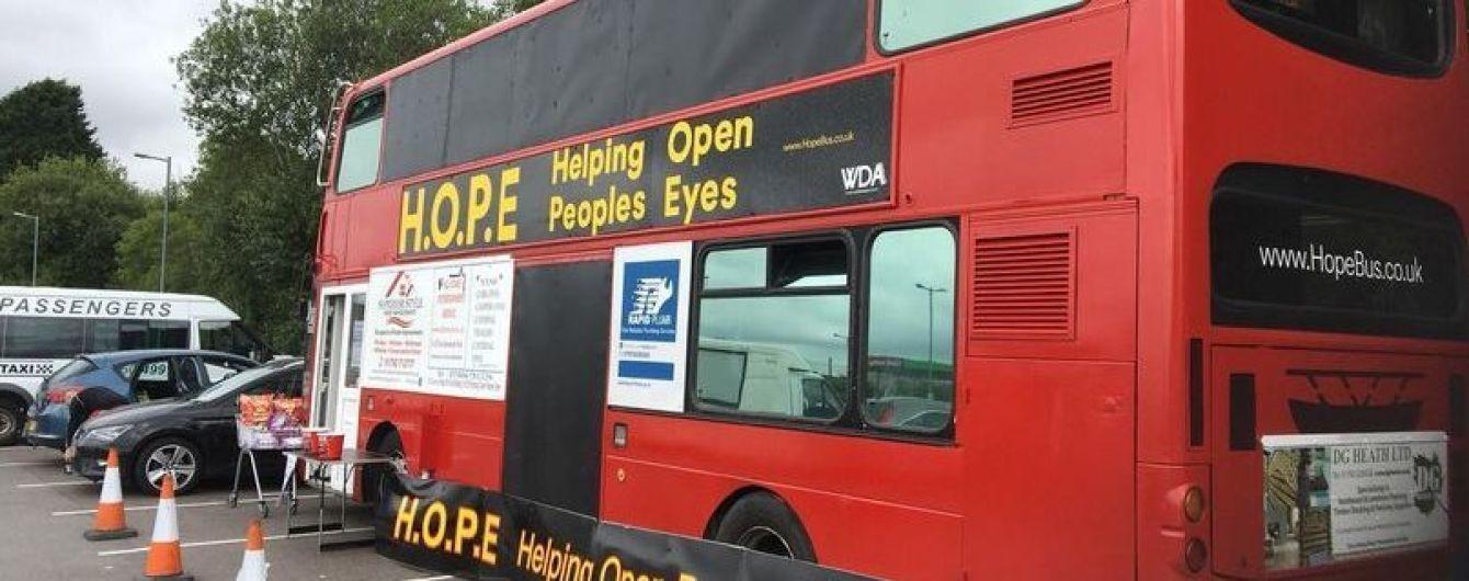 Британская пара превращает двухэтажный автобус в приют для бездомных