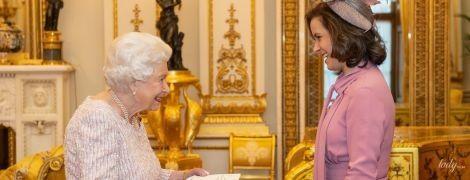 Какой нежный аутфит: королева Елизавета II дала аудиенцию во дворце