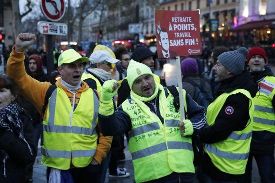 У французькій столиці знову масово протестують проти пенсійної реформи