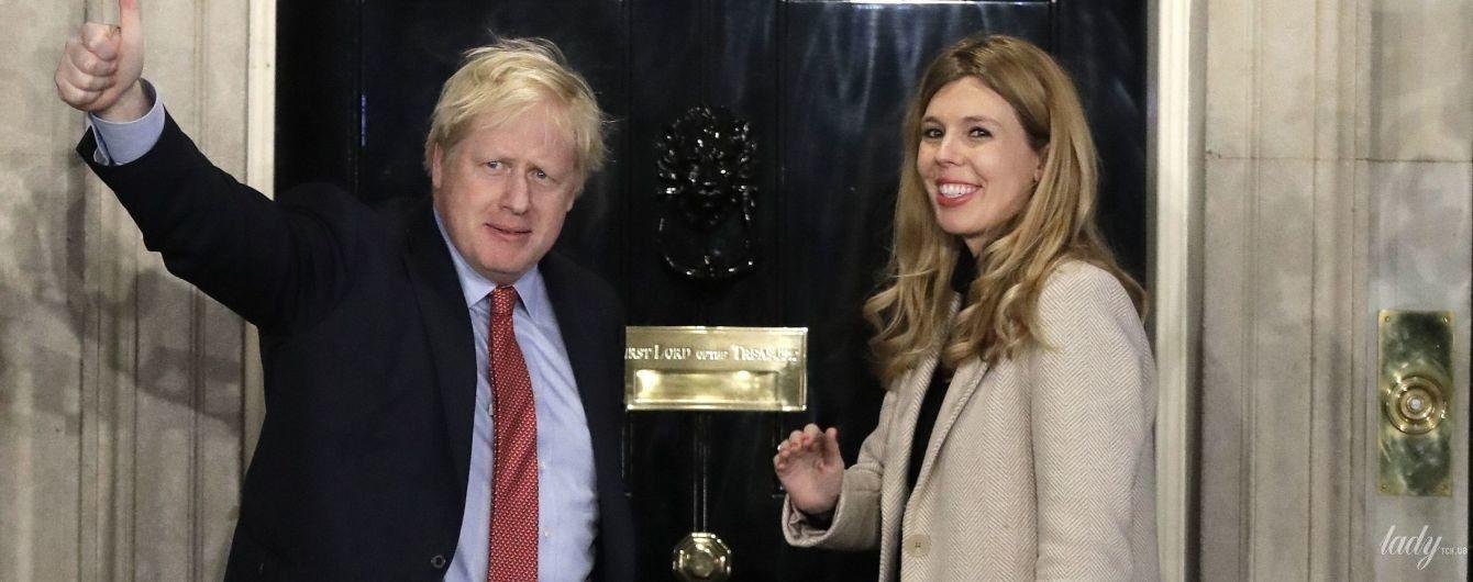С возлюбленной в зеленой юбке и собакой: Борис Джонсон на улицах Лондона